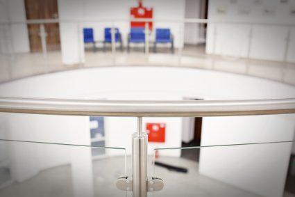 Czym się kierować wybierając firmę do montażu balustrad szklanych?